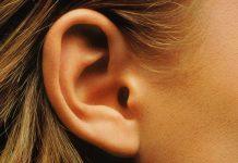 Gros plan sur une oreille humaine