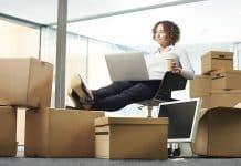 Une femme finalisant ses cartons de déménagement commercial
