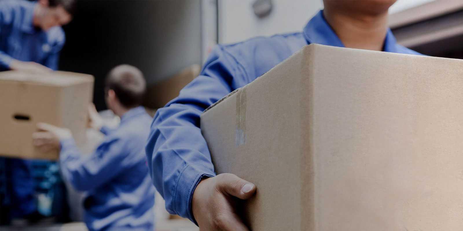 Agent de déménagement transportant un carton