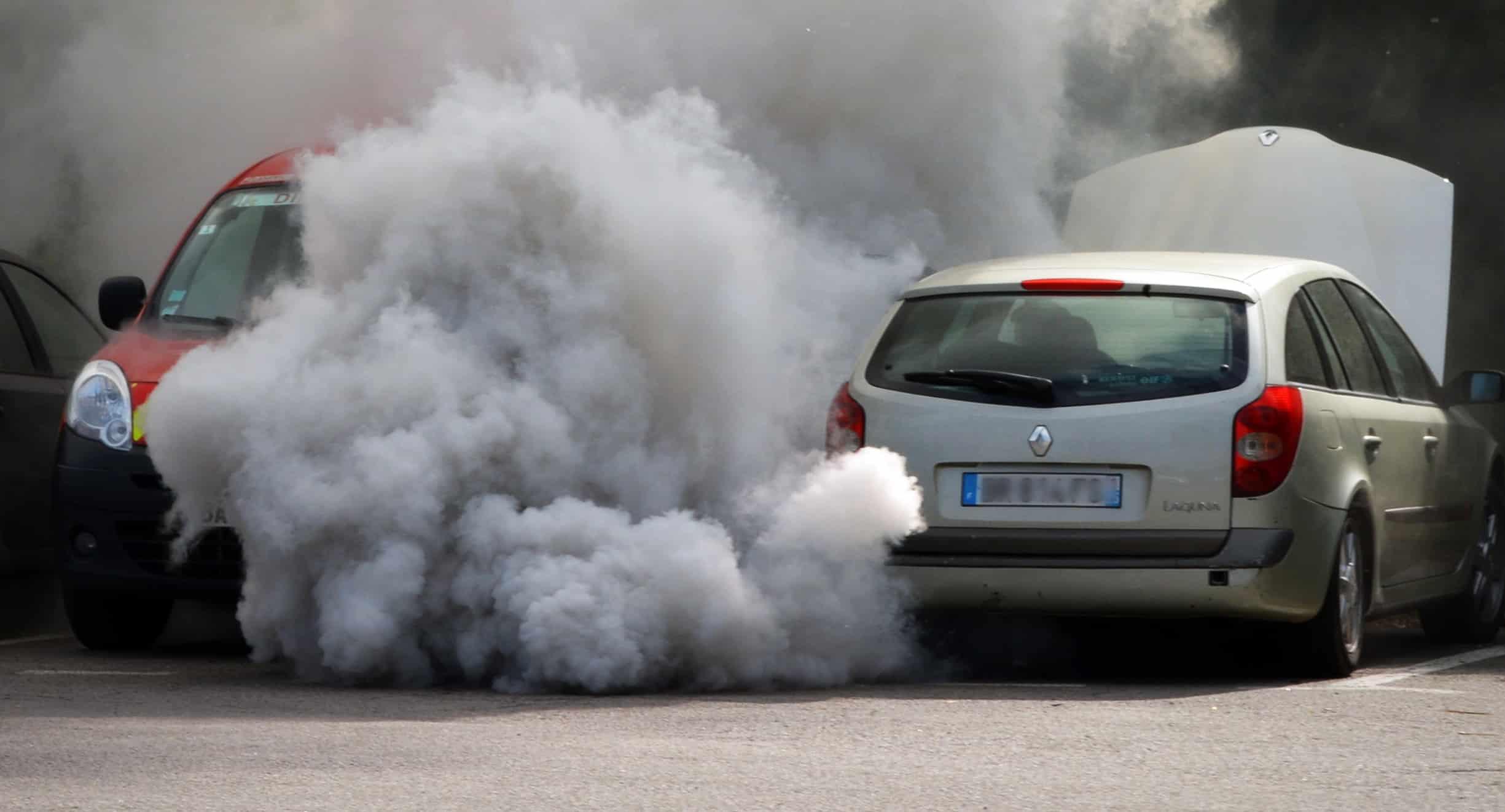 Une voiture émettant du CO2 dans l'atmosphère