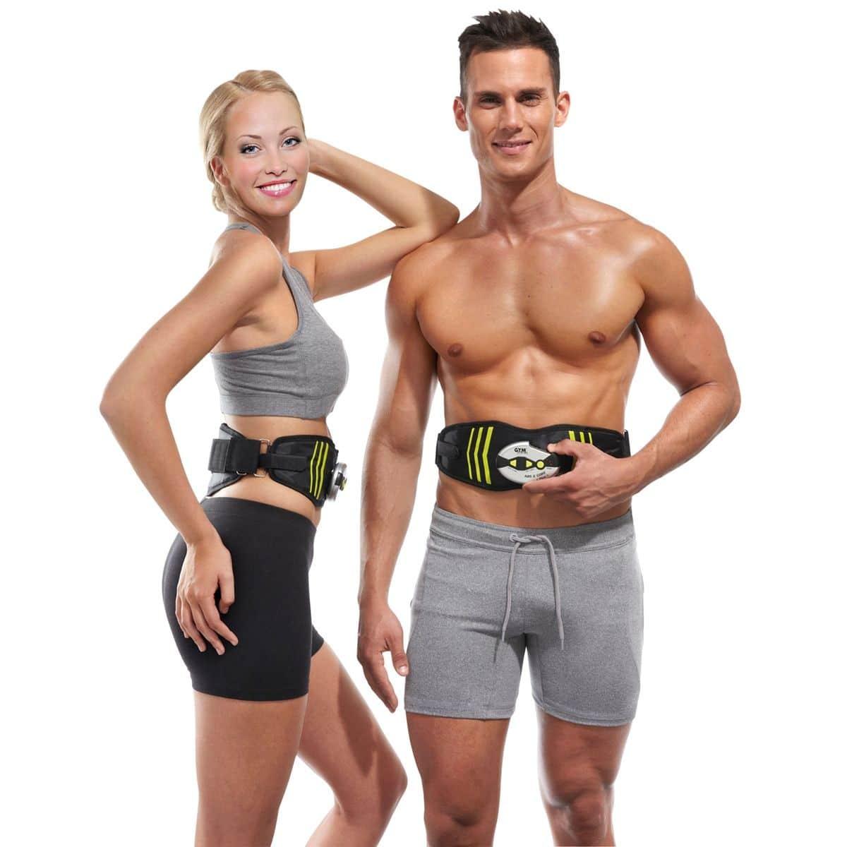 Deux sportifs portant leur ceinture d'électrostimulation