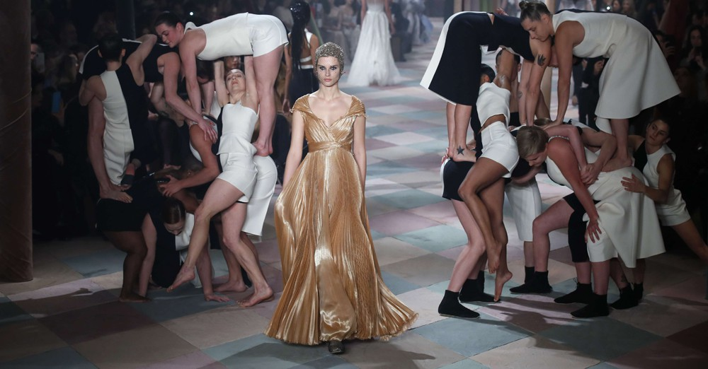 Défilé d'un mannequin en robe longue d'été 2019