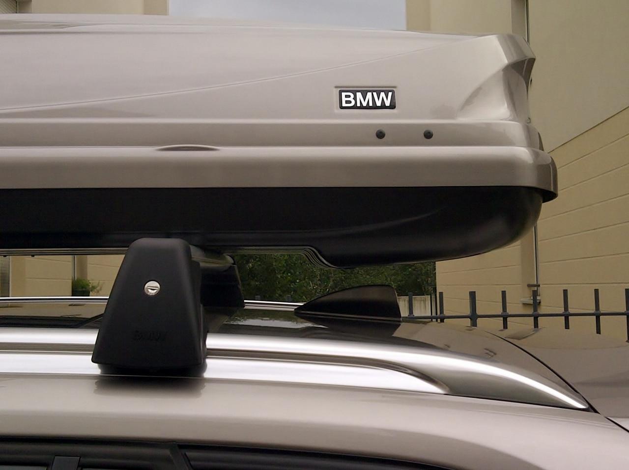 Le coffre de toit de la voiture BMW