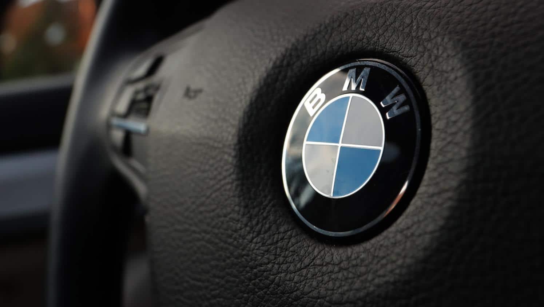 Le plateau sans fil de la voiture BMW