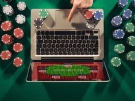 Un homme joue au poker en ligne.
