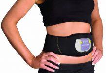 Le port d'une ceinture à électostimulation sur le bassin d'une femme