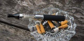 Une cigarette électronique dans un cendrier