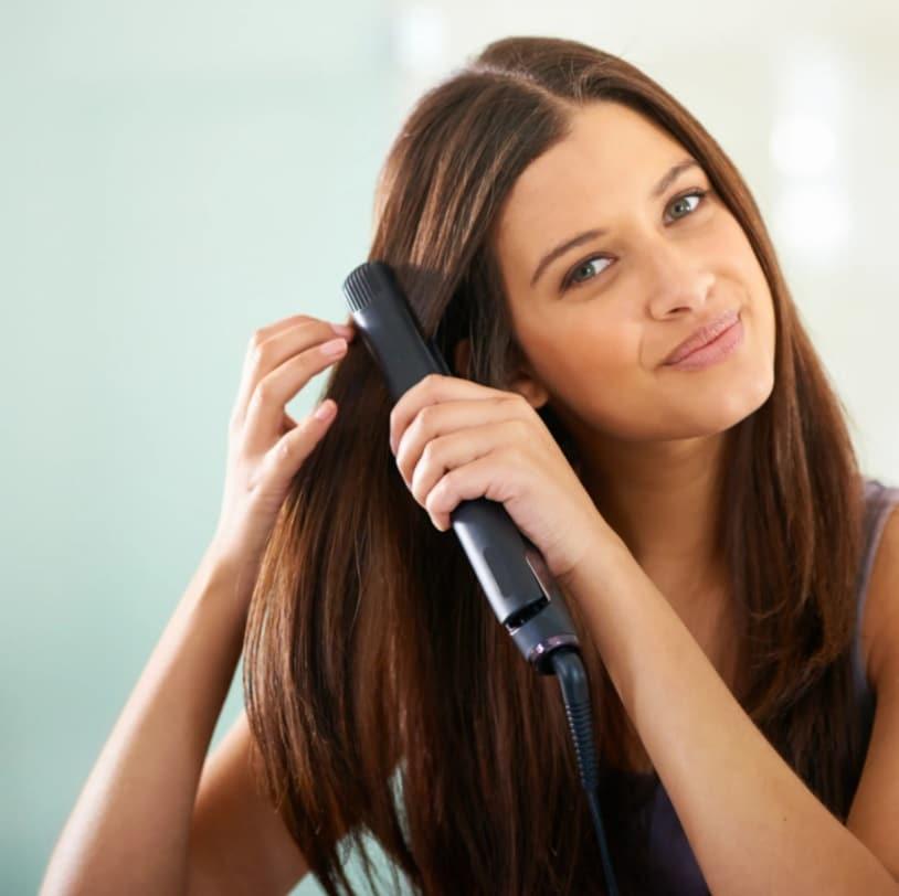 Une femme qui se lisse les cheveux