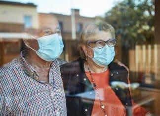 couple de seniors portant un masque