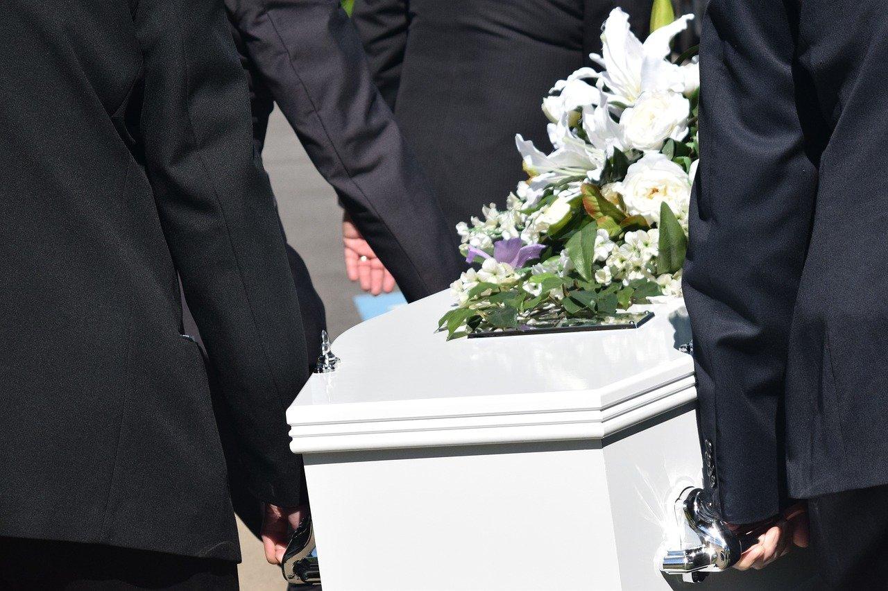 Un cercueil porté par des hommes