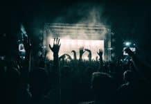 festival avec jeunes et fêtards