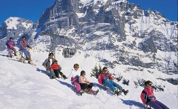 Luge en famille sur la piste Gran Pintenfrits en Suisse.