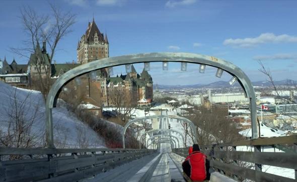 Piste de luge de glisse à Québec.