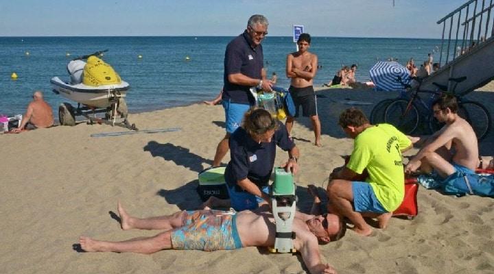 machine-massage-cardiaque-plage-france