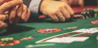 Mains sur table de jeu
