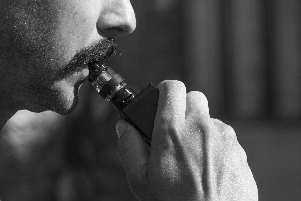 Un homme avec une cigarette électronique